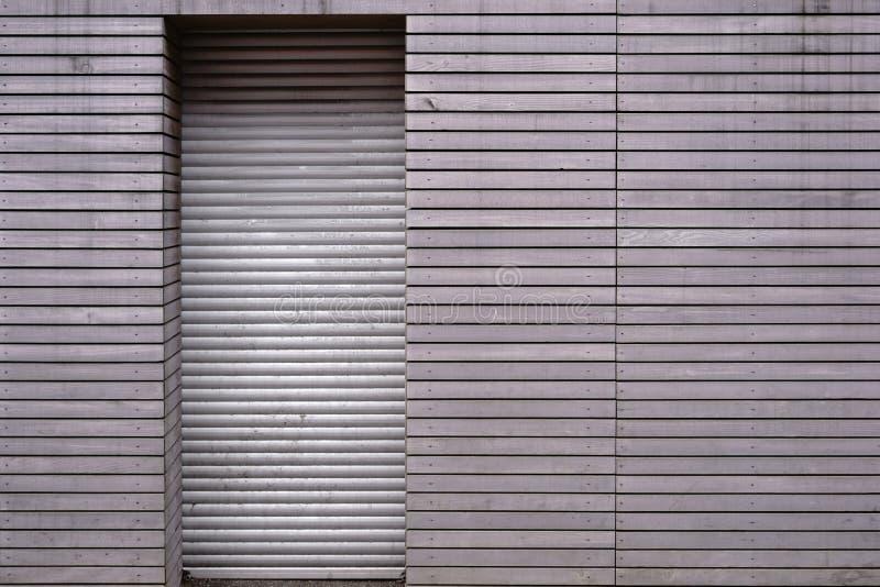 Hout die met deurjaloezie met panelen bekleden stock afbeeldingen