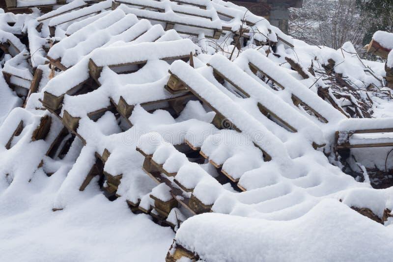 Hout en palets onder de sneeuw royalty-vrije stock afbeeldingen
