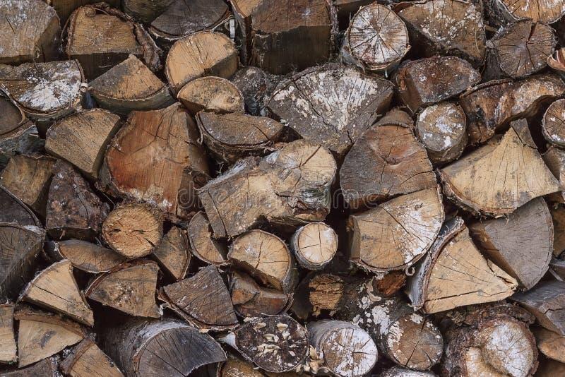 Hout gehakt die brandhout op de stapel wordt gestapeld Woodpile van gesneden boom royalty-vrije stock foto