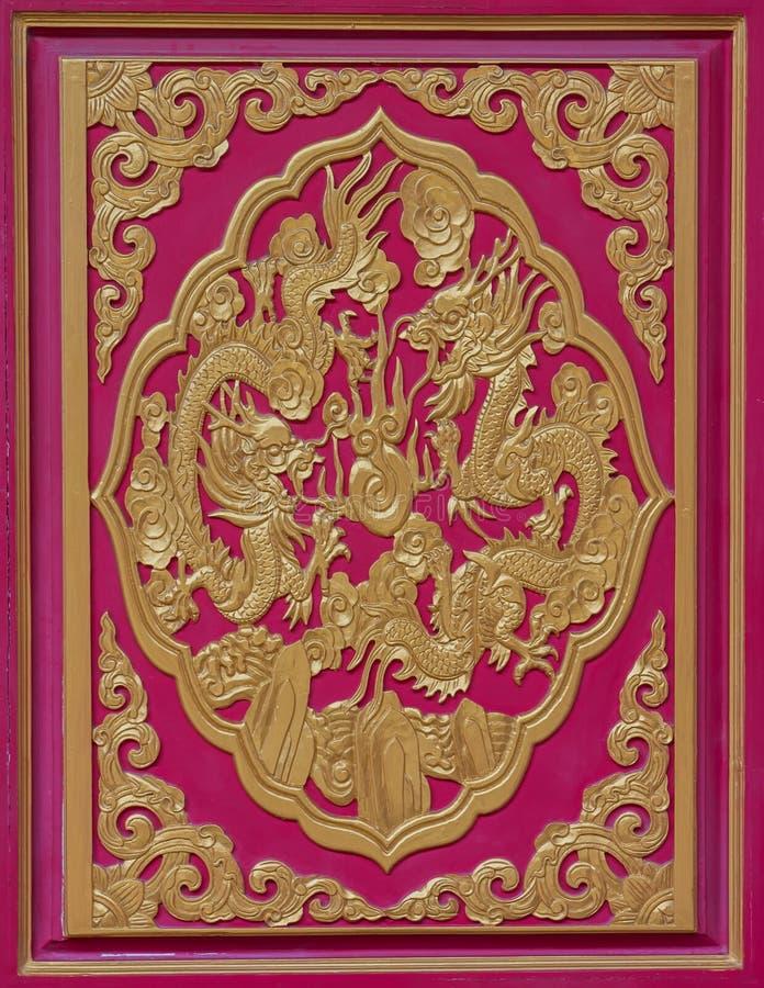 Hout gesneden draak op de muur van de tempel, Thailand royalty-vrije stock foto's