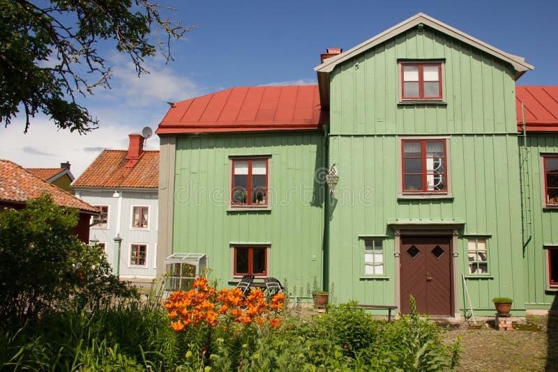 Hout groen huis en achtertuintje. Vadstena. Zweden royalty-vrije stock fotografie
