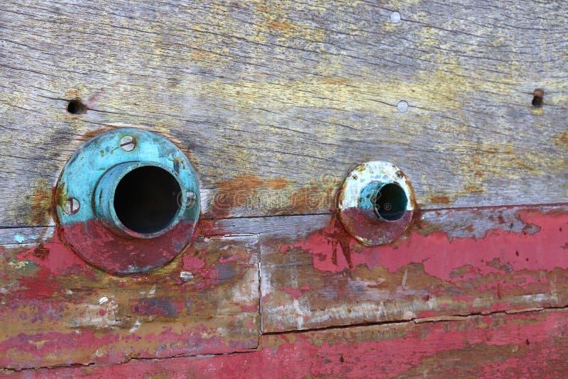 Hout op een schip dat zo oud is dat het kleurrijk is en met eyeball-kenmerken royalty-vrije stock fotografie