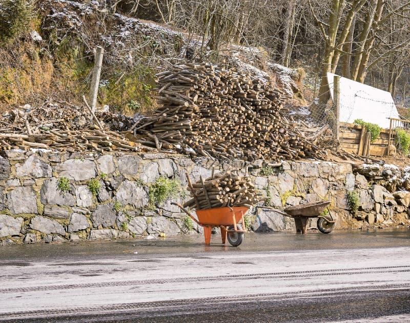 Hout in oranje kruiwagen royalty-vrije stock fotografie