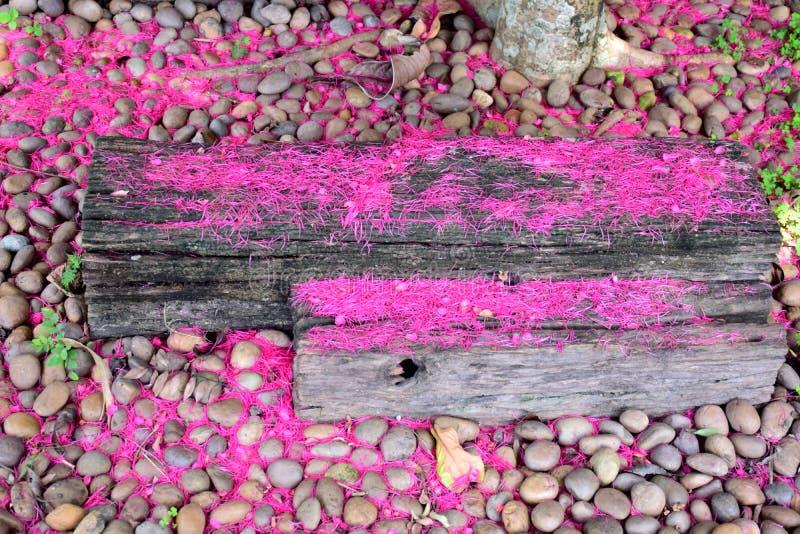 Hout - Oud hout - Er zijn bloemen op de oppervlakte stock fotografie