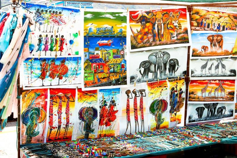HOUT zatoka, KAPSZTAD POŁUDNIOWA AFRYKA, GRUDZIEŃ, - 24, 2017: Tradycyjni afrykańscy obrazy, handmade akcesoria i pamiątki przy m obraz stock