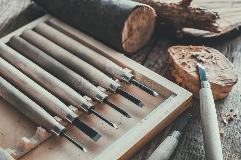 Houtbewerkingshulpmiddelen voor houtsnijwerk, bomenbesnoeiingen op houten raad stock fotografie