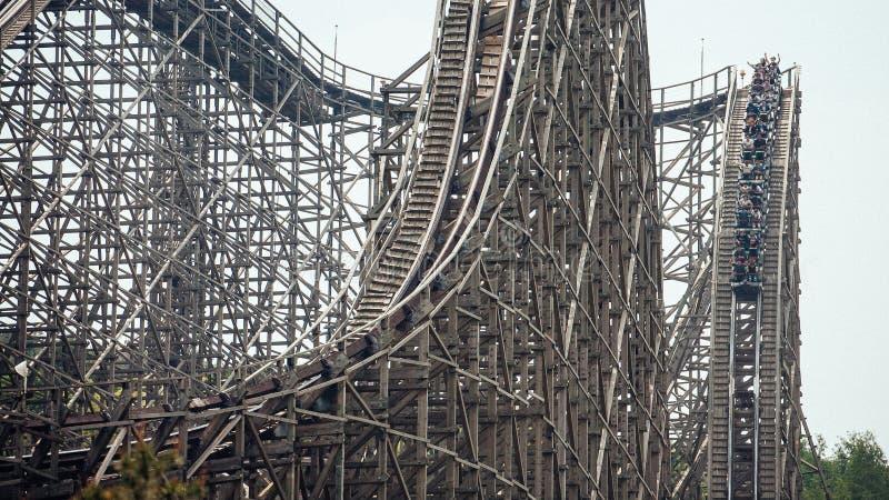 Houten achtbaan met een steile daling stock afbeelding