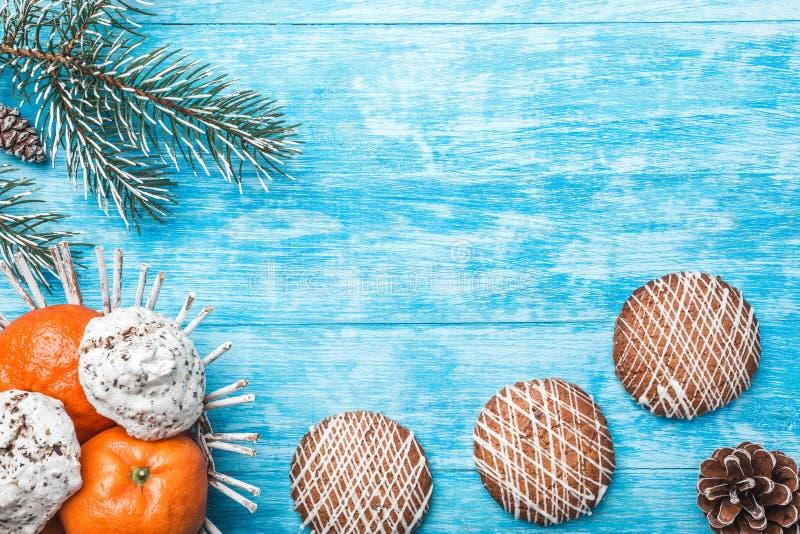 Houten achtergrond Groene Spar snoepjes Fruit met mandarin Ruimte voor Kerstmisbericht of Nieuwjaar Smaak van viering royalty-vrije stock foto's