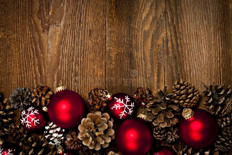 Houten achtergrond met de ornamenten van Kerstmis