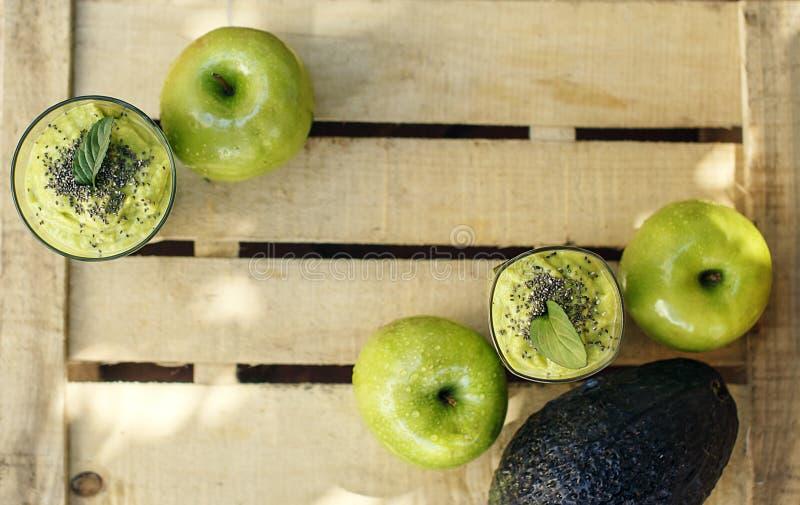Houten achtergrond met groene detox smoothie en vruchten royalty-vrije stock fotografie