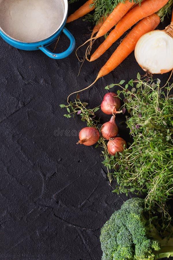 Houten achtergrond met groenten stock fotografie