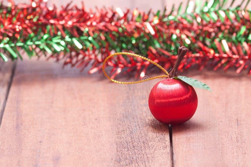 Houten achtergrond met Kerstmisdecoratie stock afbeelding