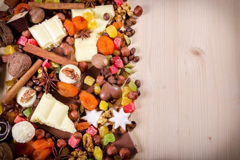 Houten achtergrond met snoepjes en chocolade royalty-vrije stock foto's