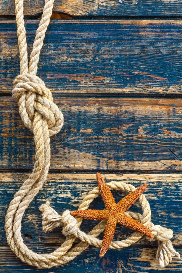 Houten achtergrond met zeester en mariene kabel royalty-vrije stock foto