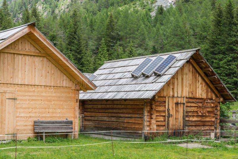 Houten alpiene cabine met zonnepaneel, Oostenrijk royalty-vrije stock foto