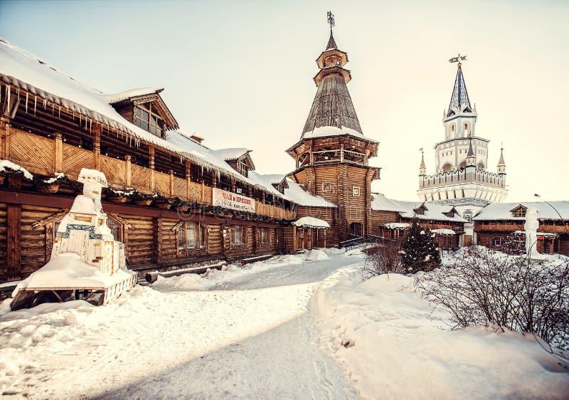 Houten architectuur van het Kremlin in Izailovo in de winter stock foto's