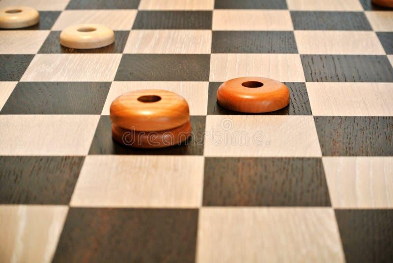 Houten artisanaal schaakbord stock afbeeldingen
