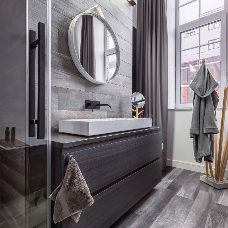 Houten badkamers met ronde spiegel royalty-vrije stock afbeeldingen