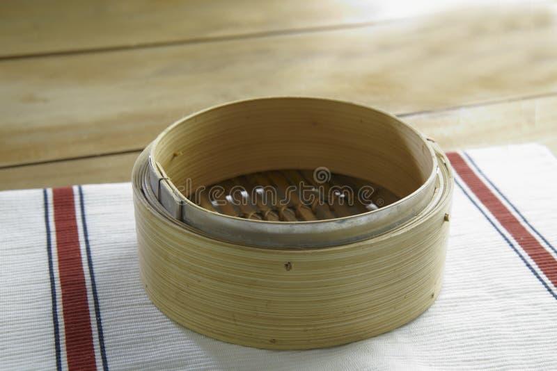 Houten bamboe dat dienblad stoomt stock foto's