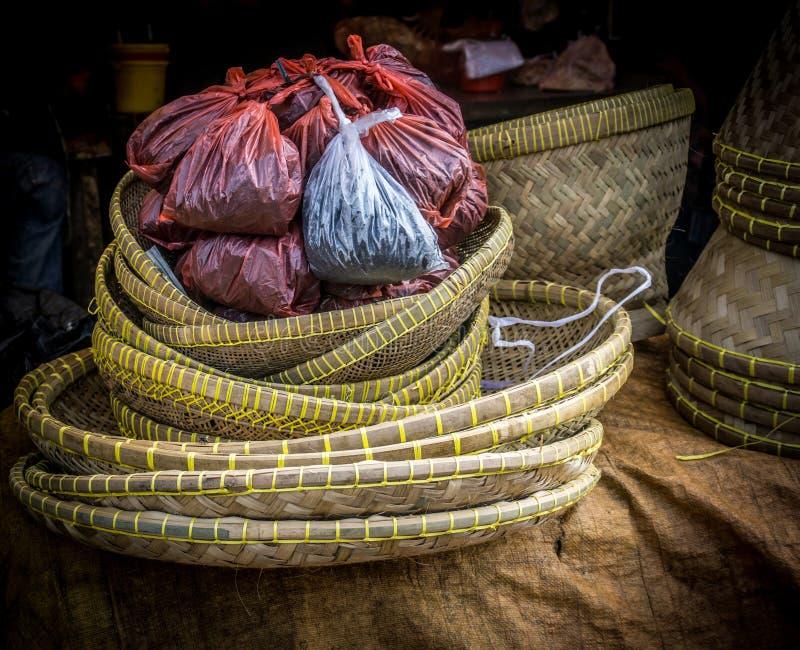 Houten bamboemand vlak met rood plastiek op traditionele markt in bogor Indonesië royalty-vrije stock foto