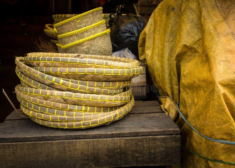 Houten bamboemand vlak op traditionele markt in bogor Indonesië royalty-vrije stock foto's