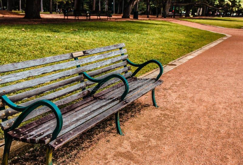 Houten bank in het stadspark stock foto