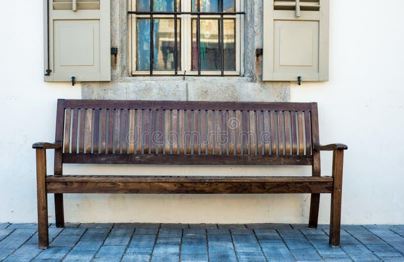 Houten bank in Tel Aviv stock foto's