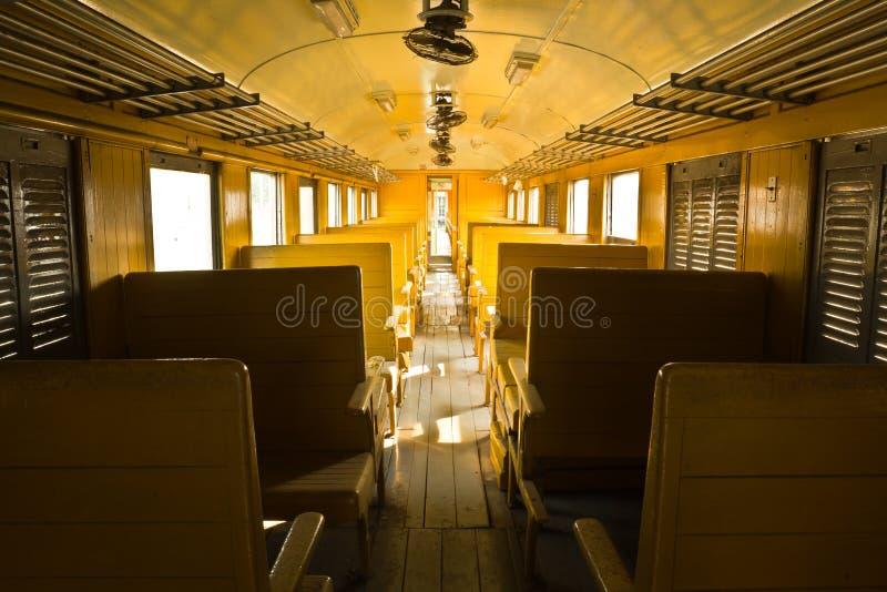 Houten banken van trein van het de Klassenvervoer van de traditielorrie de Derde stock foto's