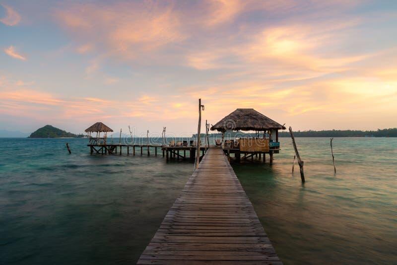 Houten bar in overzees en hut met dramatische zonsonderganghemel in Koh Mak in Trat, Thailand De zomer, Reis, Vakantie en Vakanti royalty-vrije stock afbeeldingen