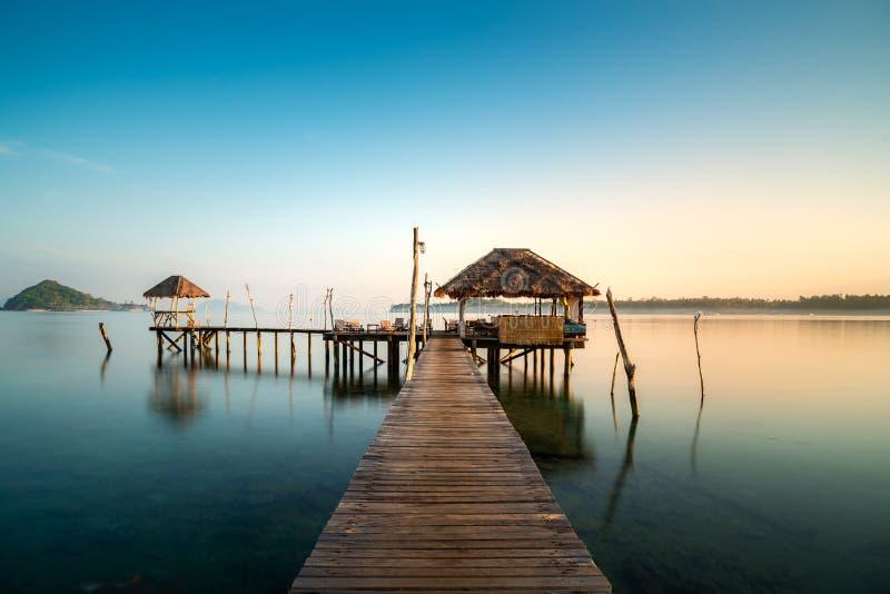 Houten bar in overzees en hut met duidelijke zonsopganghemel in Koh Mak in Trat, Thailand De zomer, Reis, Vakantie en Vakantiecon royalty-vrije stock foto's