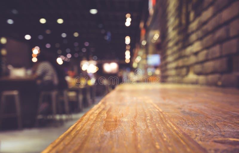 Houten barlijst aangaande koffie in donkere nacht met mensen stock fotografie