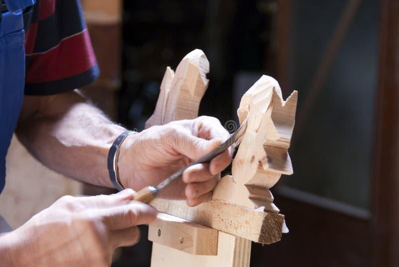 Houten beeldhouwer op het werk stock afbeelding