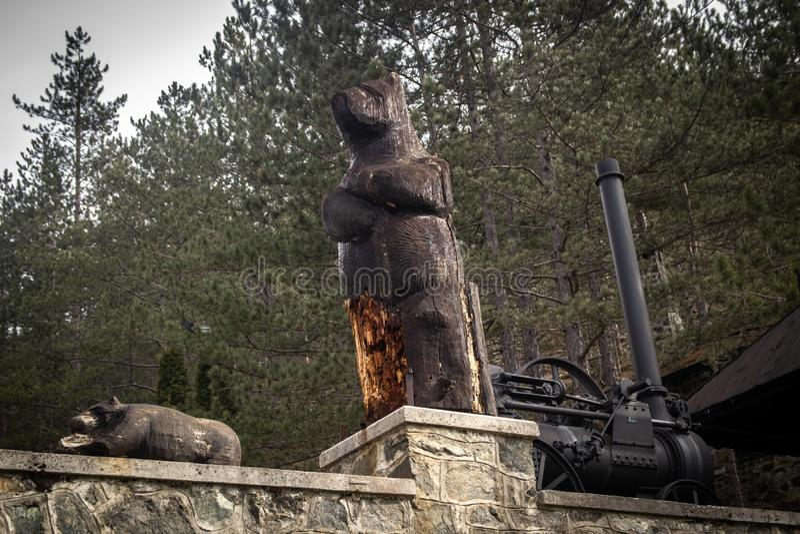 Houten beeldhouwwerk van beren stock afbeeldingen