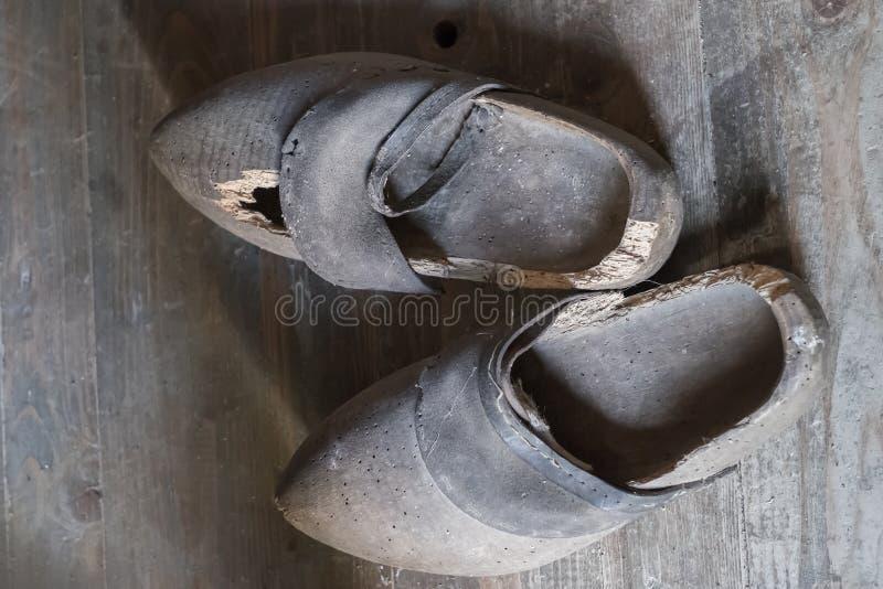 Houten belemmeringen voor het platteland Antieke Houten Schoenen stock afbeeldingen