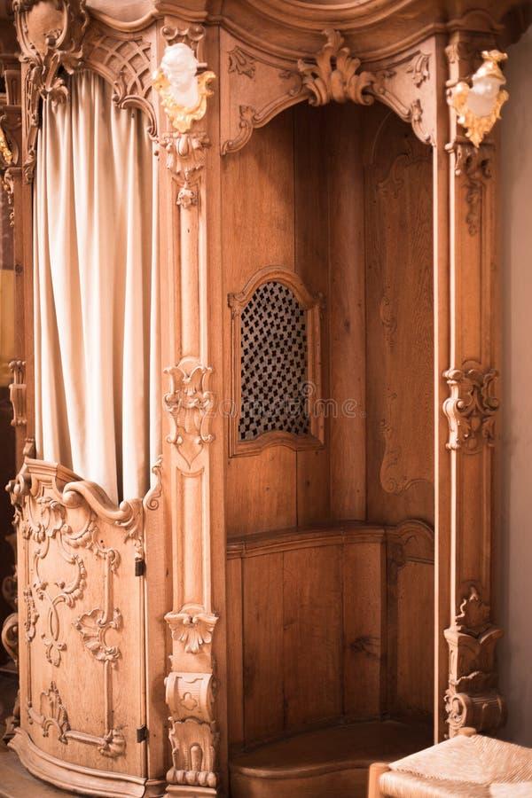 Houten biecht in een kerk stock afbeeldingen