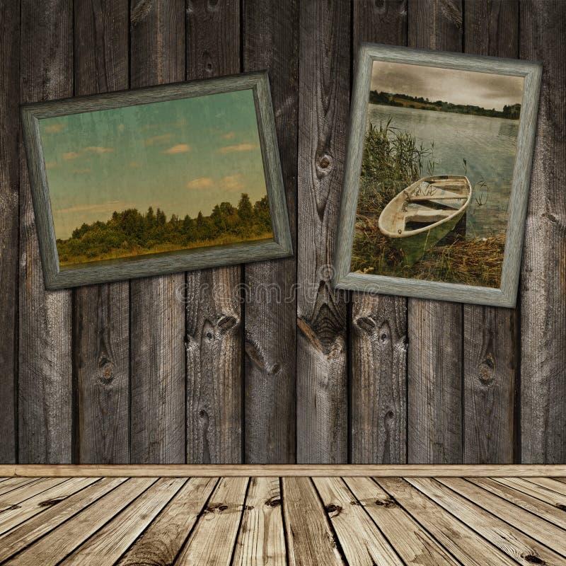 Houten binnenland met oude foto's stock foto's
