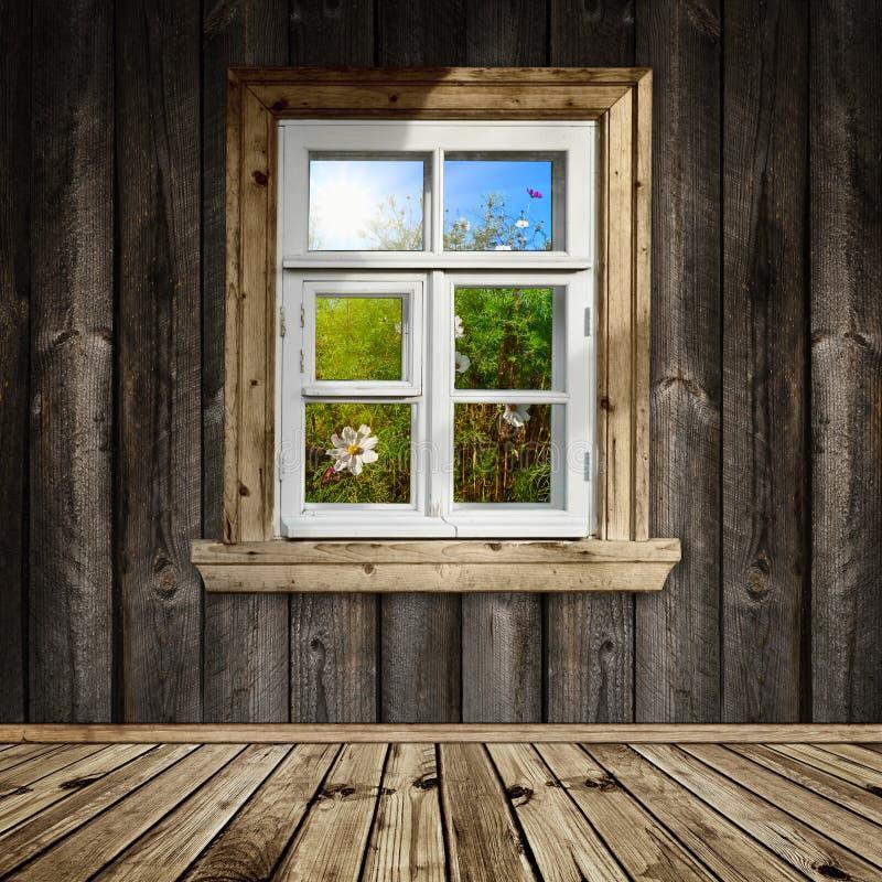 Houten binnenland met venster stock foto