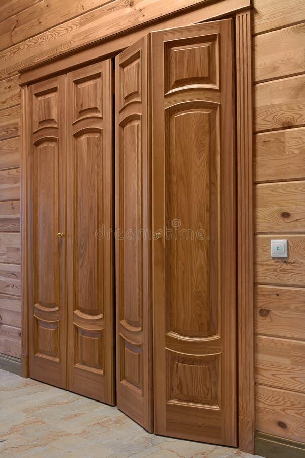 Houten binnenlandse deuren van hoogte - kwaliteit, binnenlands ontwerp royalty-vrije stock foto