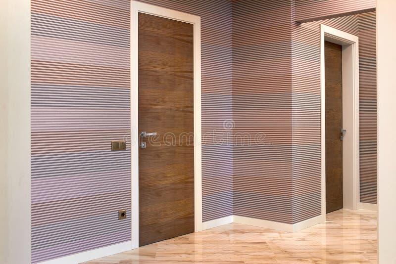 Houten binnenlandse deuren van hoogte - kwaliteit, binnenlands ontwerp royalty-vrije stock foto's