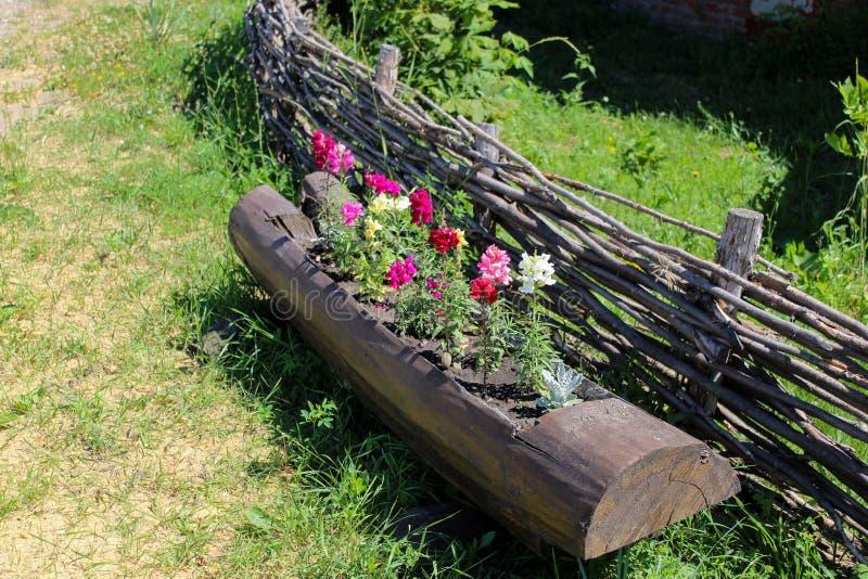Houten bloembed in de de lentetuin Het concept eco-consumptie en nul afval royalty-vrije stock afbeeldingen