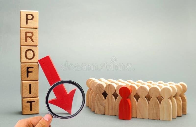 Houten blokken met de woordwinst, onderaan pijl en commercieel team Niet succesvol zaken en faillissement Winstdaling Verlies van stock foto