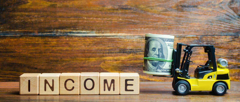 Houten blokken met het woordinkomen, geld en een vorkheftruck r Rendement van investering Succesvolle voordelige zaken stock afbeeldingen
