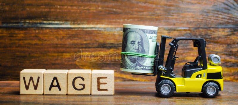 Houten blokken met het woordloon, dollars en een vorkheftruck Financiële compensatie Salarisbetaling aan werknemers Minimum en no royalty-vrije stock afbeelding