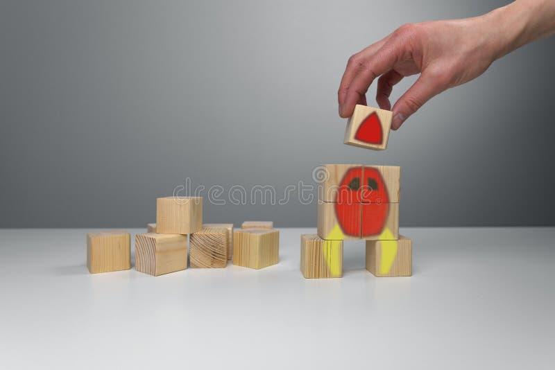 Houten blokken met raketillustratie Het concept start van het bedrijfslanceringssucces stock afbeeldingen