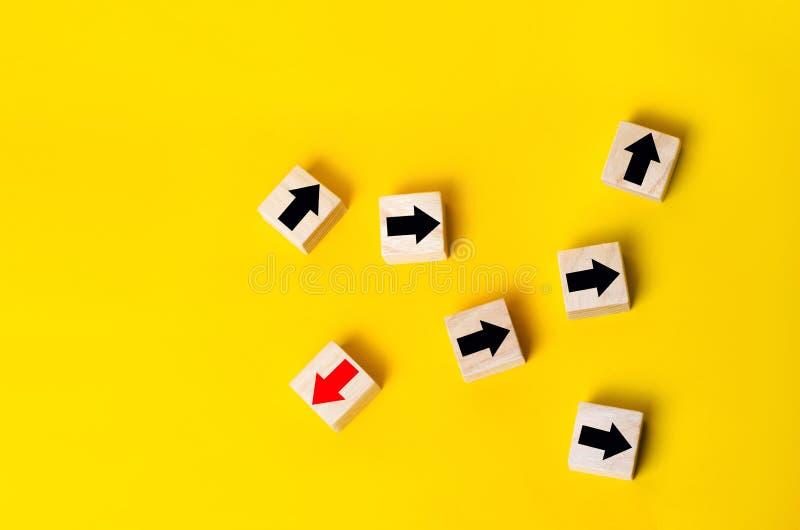 Houten blokken met rode pijl die de tegenovergestelde richtings zwarte pijlen, Uniek, het van mening verschillen advies onder oge royalty-vrije stock afbeelding