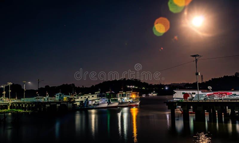 Houten boot aan de Mahakam River, Samarinda, Indonesië royalty-vrije stock fotografie