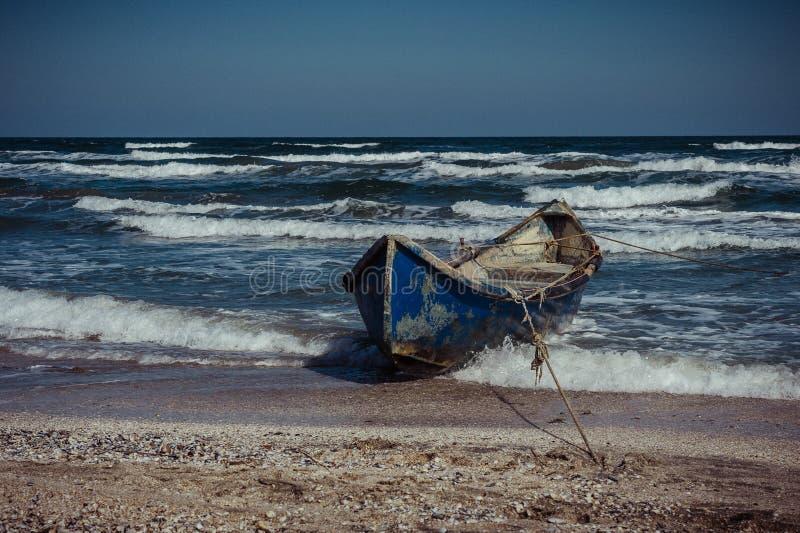 Houten boot bij de kust rust Het roeien van boot bij de Kust stock afbeeldingen