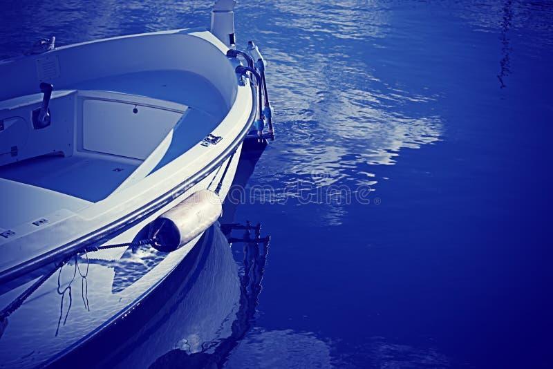 Download Houten boot in blauw stock foto. Afbeelding bestaande uit boot - 54075124