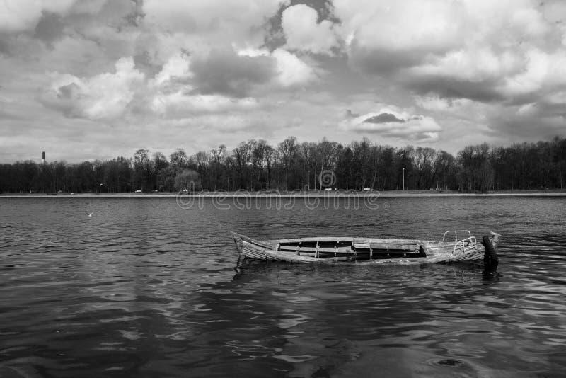 Houten boot in een rivier stock foto