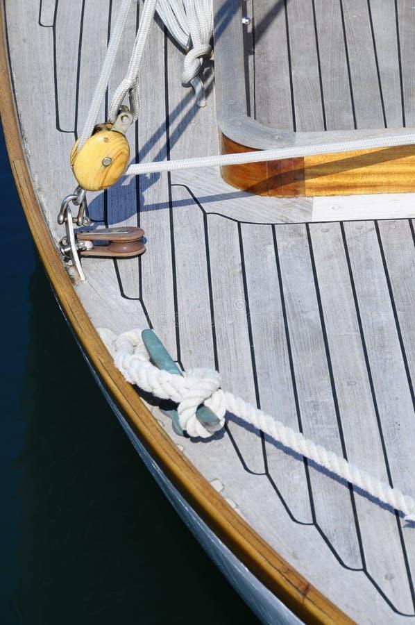 Houten boot, kabels en meertrossen royalty-vrije stock afbeelding